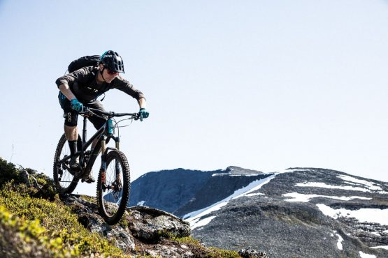 Mountain biker descending Mefjellet during our mountain bike tour Norway.