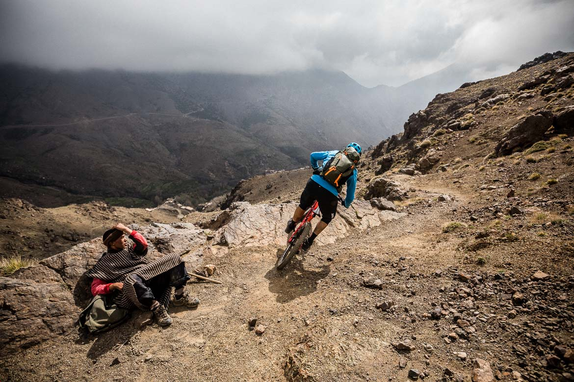 Mountain bike tour Morocco in photos - passing locals